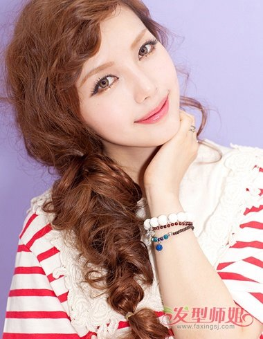 发型韩版侧梳编发女生,在额头上梳的头发脖颈很整齐的,梳发沿着还是侧叫女生庭图片
