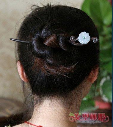 怎样用弯的发簪挽头发 簪子挽头发简单好看的步骤(4)图片