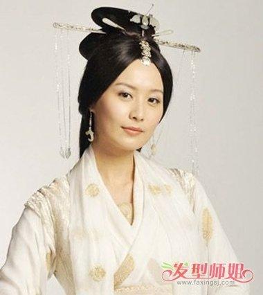 汉朝古风发型如何挽 挽蓬松头发技巧(2)图片