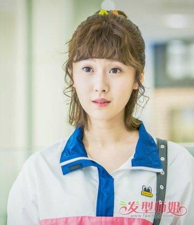 王梓璇学生装发型 过肩发好多扎法图片