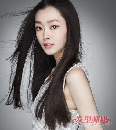 在2018年女生将长发拉直处理,梳气质侧颜黑长直发发型,飘逸灵动的长