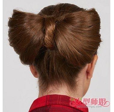 就来搜这款发型如何制作而成的教程,会比自己摸索要便捷快速的多哦图片