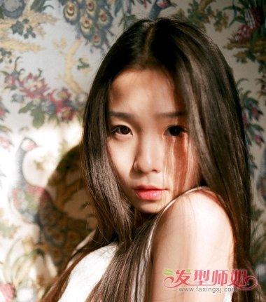 女生中分深咖啡色的染发发型,将额头上的头发梳成中分,两边的头发都是图片