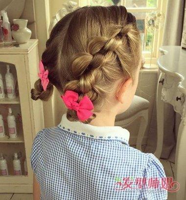 可以让小女孩做成漂亮的编起来的模样,从发顶上向后将头发做成简洁的图片