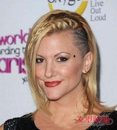 女生剃鬓角侧梳 长发发型,将发根位置的头发梳的靠后一些, 长头发会贴图片
