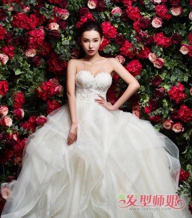 抹胸的婚纱,搭配后梳的高贵的 丸子头发型,黑色的头发直接梳了整齐的图片