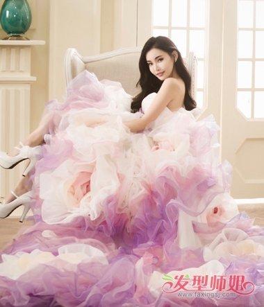 童菲这款搭配婚纱的烫大卷的飞信那个,将发顶上的头发梳的偏一些, 长图片