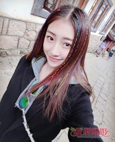 将彩带交错着梳成漂亮对称的模样,女生中分中长发发型,头发的尾端还是图片