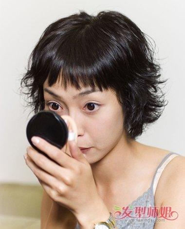 女生碎发刘海外梳烫短发发型,将黑色的头发外侧的头发梳成碎发,贴着图片