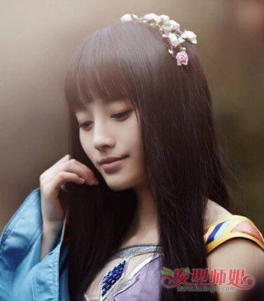 有了发饰的搭配之后,鞠婧祎的离子烫长发发型,在肩头上梳的头发,因为图片