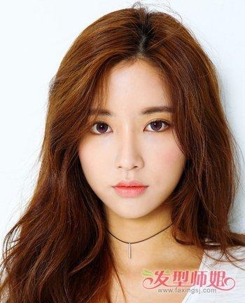 一款时尚新颖的2018年春季女生韩式长卷发发型就烫出来了.