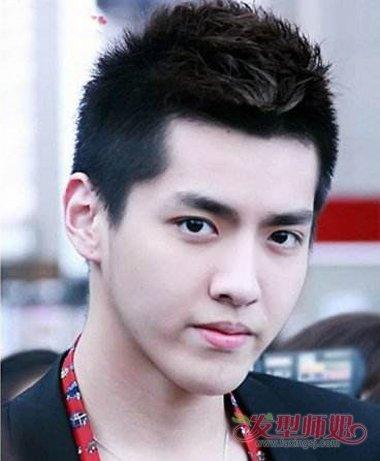 发型,将发际线位置的头发梳成向上的 卷发,头发尾端尖尖的,男生从发旋图片