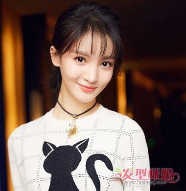 简约清新的空气刘海半扎短 直发发型,让校园女生的形象看起来更加纯美图片