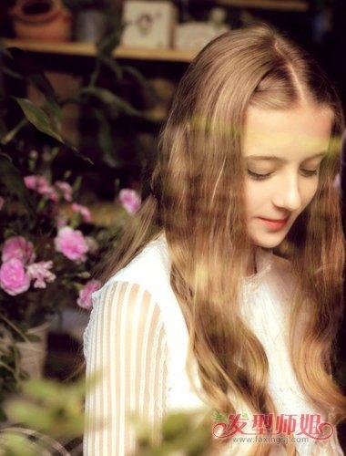 长发全部染成棕黄色,显白温馨的中分棕色直发烫发尾发型,让高中女生尽
