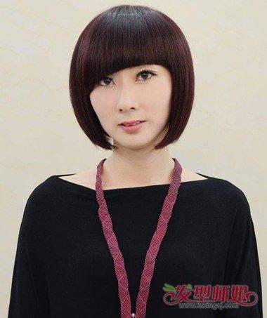 在耳朵外侧梳的发型比较饱满,斜刘海发型梳在眼皮靠外的位置,沙宣头发