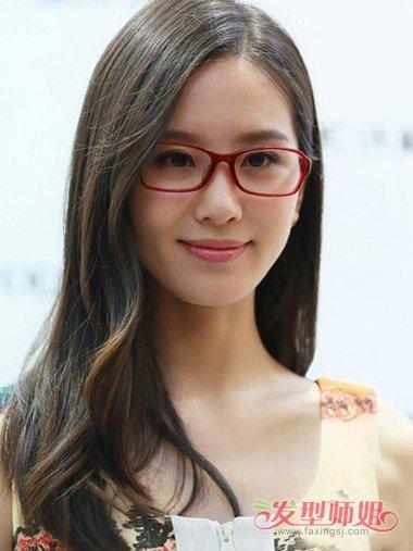 额头上方的斜 刘海看上去也是如此甜美,很漂亮的2018年女生戴眼镜发型