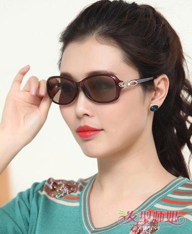 流行发型 >> 今年流行什么发型带眼镜女 戴眼镜女人发型大全  2018-07图片