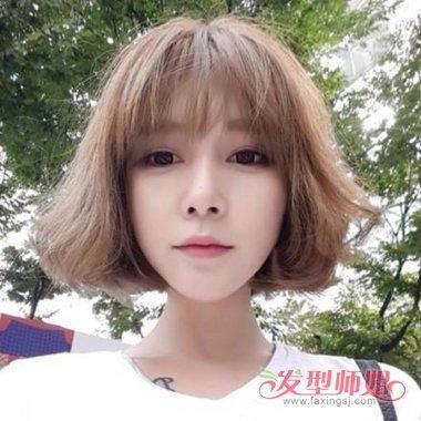 有着2018年韩国女生最流行的发型,黄色的头发颜色也是蛮适合她的肤色图片