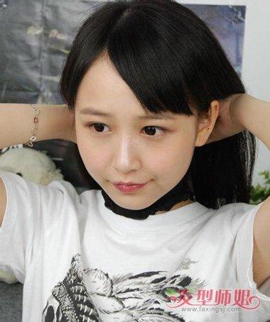 发型师姐编辑:jane 分享到  头套拉在脖颈,将长头发从头套中拉出来.图片