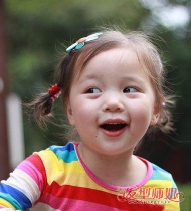 小女孩偏分双扎小辫子发型,将耳尖上的头发梳成两边不对称的模样,扎发图片