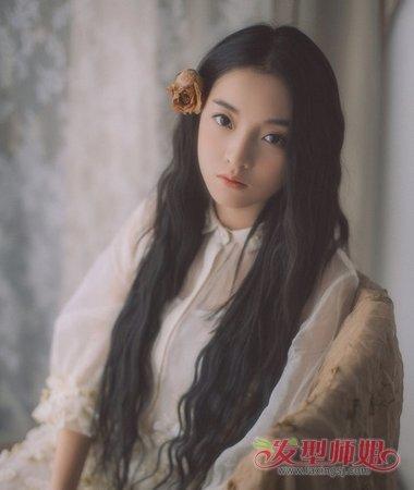 一边插上一朵暗色玫瑰花,女生看起来真的好清冷高雅.图片