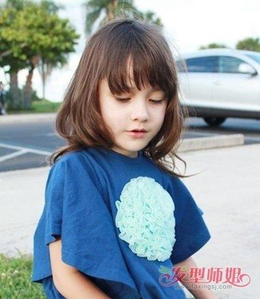 小女孩斜刘海烫中长发发型图片