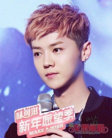 韩星的两边剃帅气 短发, 纹理烫的头发秀出了潮流,头发的颜色看上去图片