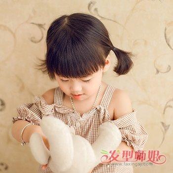 八岁女孩梳着清爽宜人的 短发发型,妈妈将小女孩的头发修剪的这么短