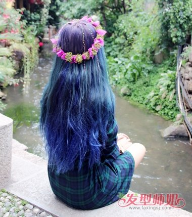 女生蓝色的渐变色长发发型,要将发根的头发做的简单自然一些,花环搭配