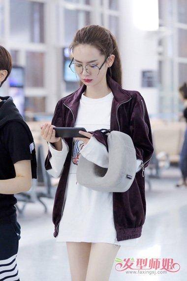 流行发型 马尾 >> 戚薇戴眼镜扎高马尾辫显时尚 新的搭配演绎出了与众图片