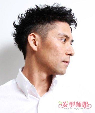 男生剃鬓角侧梳烫短发发型,要将发际线的头发梳的靠外一些,发丝因为图片