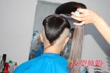 流行发型 >> 鬓角推光的发型 两鬓剃光长发发型  女生两边剃的长卷发