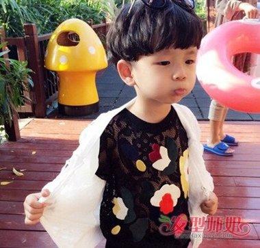 发型设计 儿童发型 >> 蘑菇头的可爱小男生图片 2018最新蘑菇头小孩图片
