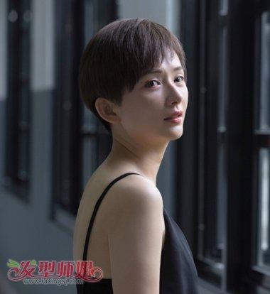 李依玲的偏分短碎发发型,沿着额头将发丝梳在侧边,浅咖啡色十分淑女.