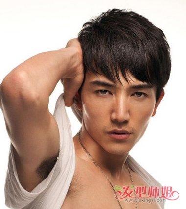 男生斜刘海 纹理烫短发发型,要将发根的头发梳的靠侧边一些,蓬松短发图片