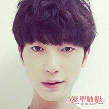 具有立体感的 男生卷发,齐齐的刘海看上去也是超级有魅力,耳朵上面的图片