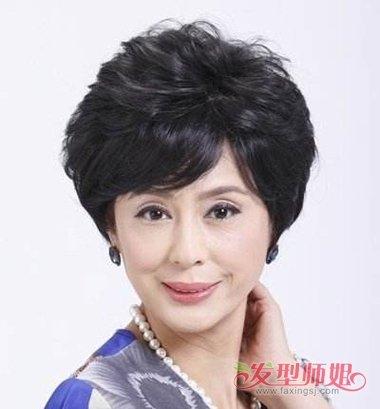 中年发型 >> 老人短发烫发方法 最新流行短发烫发造型(4) 2018-02-04