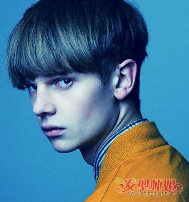 刘海虽然是 直发的效果,但也是梳了倾斜的曲线,男生的前梳 蘑菇头图片