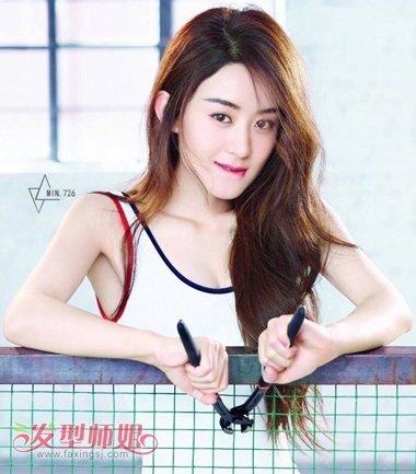 大卷 烫发发型与运动风的细肩带礼服制作,赵丽颖这款偏分烫中长发发型图片