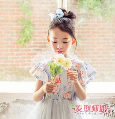 aainforest 分享到  夏天女大童穿着美美哒的连衣裙,长长的头发被妈妈图片