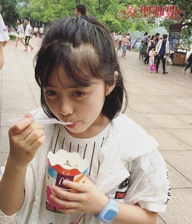 扎学生头 短发发型,搭配清爽夏装,正在吹冰淇淋的安淇尔阳光可爱,漂亮图片