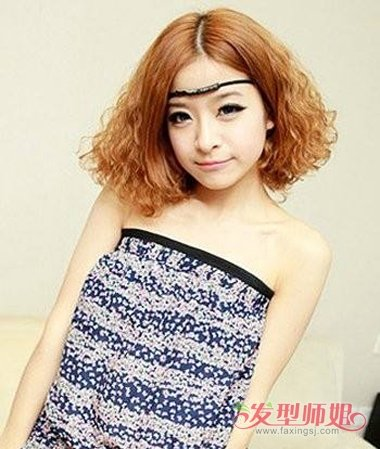 发尾的头发也要有特别的蓬松气质,麦穗烫短发发型与女生的波西米亚风图片