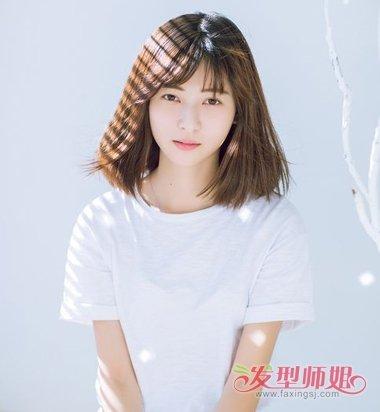 女生斜 刘海的三七分齐肩发发型,将脸颊两边的头发梳成蓬松的 卷发,发