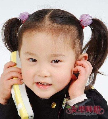 女童双扎的马尾辫发型,将发尾的头发做成简单碎发.图片