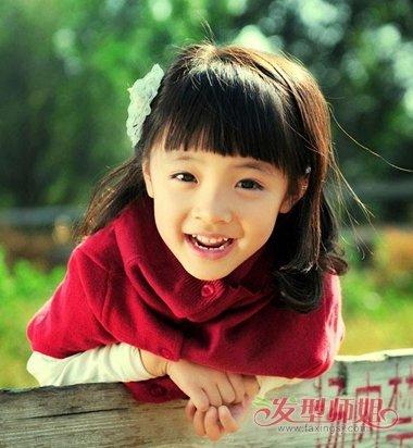 用一个发夹点缀在耳尖上边,女童的这款内扣齐肩发发型,发尾的头发是