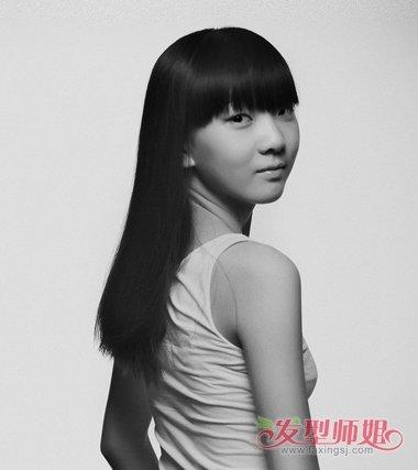 圆脸女生齐刘海的内扣 卷发发型,将卷发发型做在发顶内侧,头发有比较图片