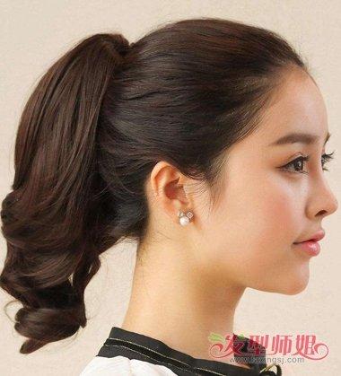 长卷发的假发,固定马尾辫发型,与长 直发扎的马尾辫发型,效果当然是很图片