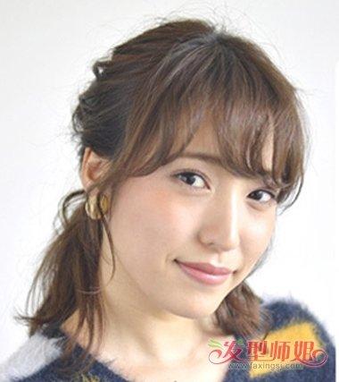 女生空气刘海的扎齐肩发发型,要将额头上的头发做成碎发,还要将发尾的