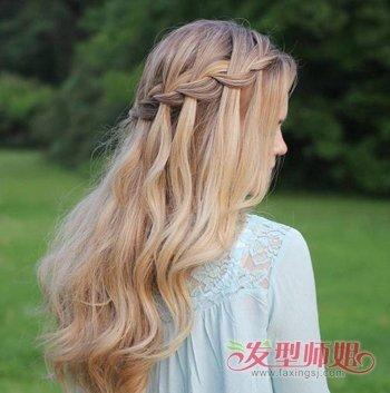 这时女生可以在中长发中进行 编发,将部分头发编织起来,然后弄成披发图片