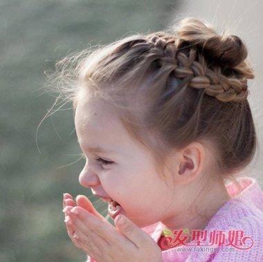 盘发器么盘好看小孩发型  妈妈给 长头发的小女孩 盘头发的时候,可以图片